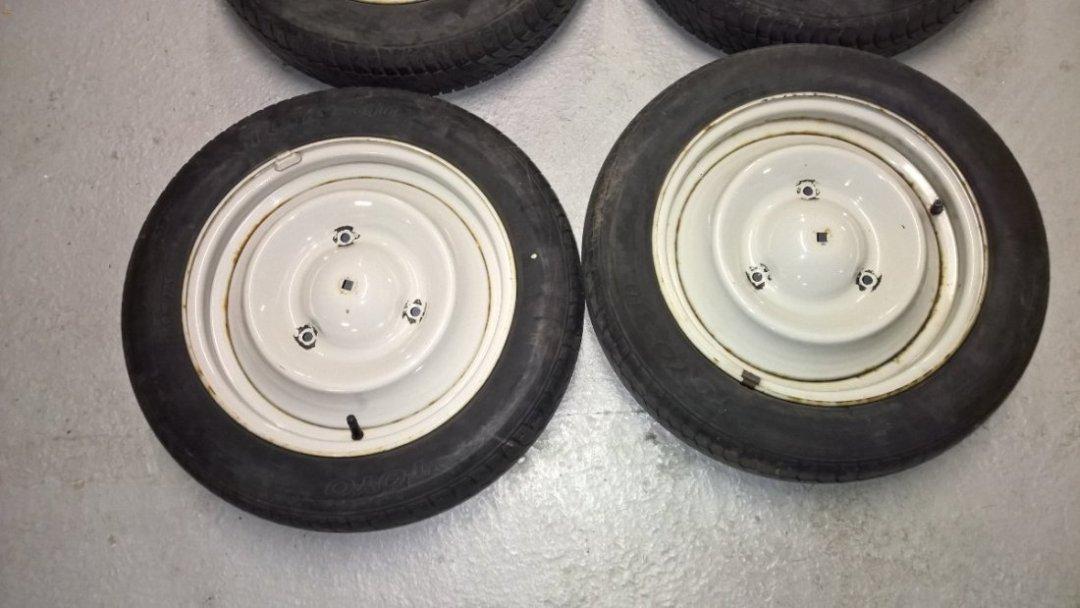 lot de 4 roues mont es avec des pneu de 135 x15 pour citro n 2cv. Black Bedroom Furniture Sets. Home Design Ideas